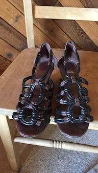 Brown and black sandals null, V2N