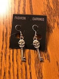 pair of silver-colored skull fashion earrings