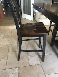 Bar style high top table and chairs comes with 8 chairs ! Hamilton, L8E 5A2