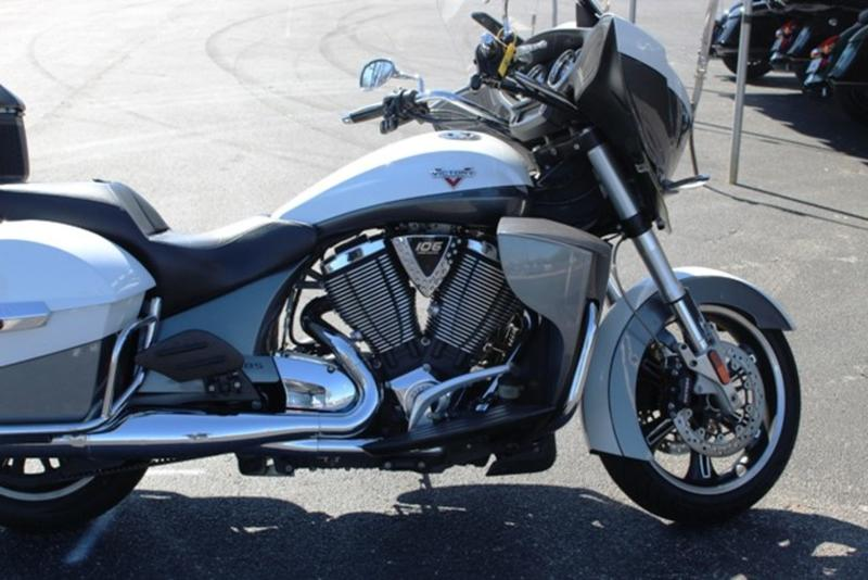Photo 2015 Victory Motorcycles® Cross Country Tour® Two-Tone White Pearl and Gray