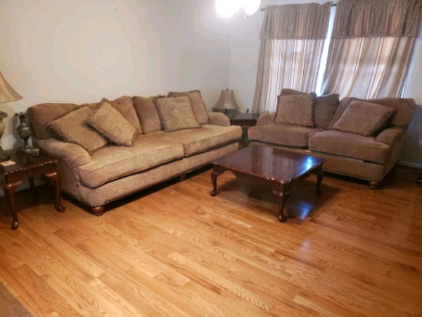 Living room set with coffee table and 2 end tables abda7e4c-51e0-418c-b534-2ffc4950a307