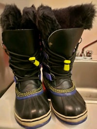 pair of black-and-pink boots Vaughan, L4H 0Z9