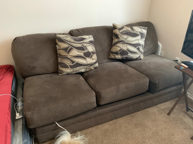 Couch 3c752db0-aeed-47c5-b8d3-729af96b3e21