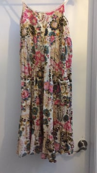 women's white and red floral sleeveless dress Gatineau, J8T 5G1