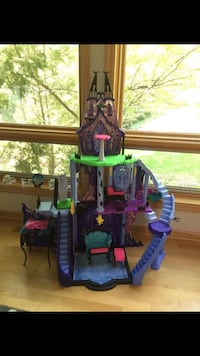 Monster High Castle 916 mi