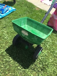 Green and black fertilizer spreader Grimsby, L3M 3H5