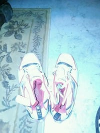white-and-pink Nike low-top sneakers Mississauga, L4W