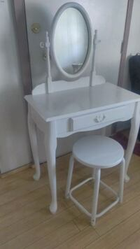 Vanity table set with mirror  Hemet, 92543