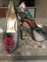 pair of gray-and-pink floral pumps size 8 Lithonia, 30038