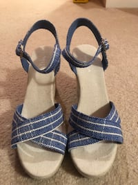 pair of blue-and-white sandals Woodbridge, 22191