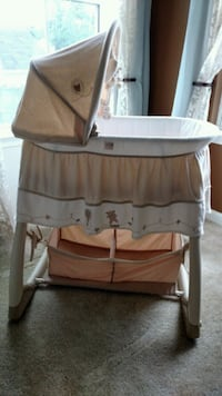 baby's white and brown bassinet Warrenton, 20187