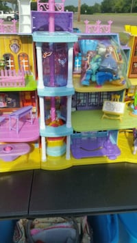 Elsa Dollhouse and Accessories  Houston, 77098