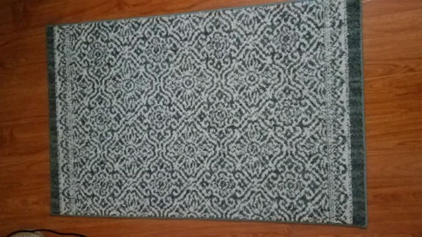 Small Blue and White Patterned Rug (30in x 46in) 6ae3e896-3475-43ed-9e06-e7c6fb035350