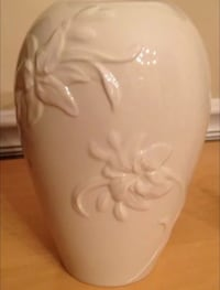 Lenox Collector Society Lovely Lilies Vase Special Edition Fine Ivory China Chicago, 60611