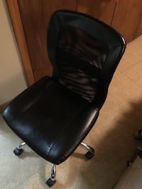 Black and gray rolling chair 225 mi