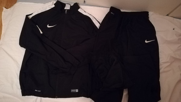 svart Nike zip up jacka och shorts