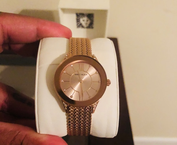 Round gold Anne Klein's watch