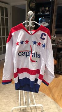 white, red, and blue Washginton Capitals-printed v-neck long-sleeved shirt