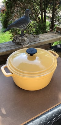 "Large Kitchen Stock Deep Fryer Pot Enameled Cast Iron Dutch Oven Roaster with Self Basting Lid  - 10"" in Width x 7 3/4"" High with Lid. Great Cast-iron Cookware - Stock Pot - AVAILABLE & NEGOTIABLE - Displays Well , Gently Pre-Owned Farmington Hills, 48336"