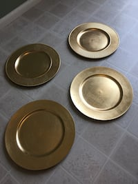 4 Plastic gold plate chargers