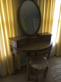 Vintage vanity, mirror and bench Mt Airy, 21771