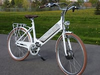 "28"" Benelli cruiser bicycle electric powered"