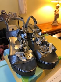 Women's gold and silver beautiful floral wedge shoes. Bay Shore, 11706