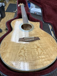 brown and black acoustic guitar 790 km