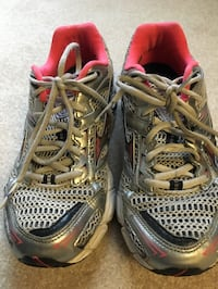 mizuno gray white and red athletic shoes 580 mi