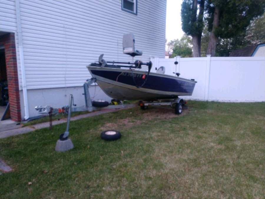 Photo 14 foot vhull bass style boat new deck new batteries new tires.