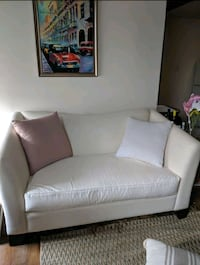 white loveseat in wonderful condition New Orleans, 70130