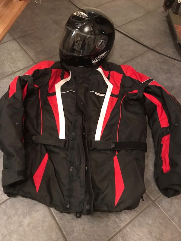 svart og rød zip-up jakke