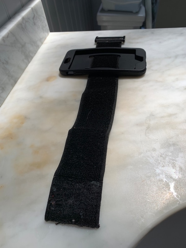 iPhone 6s fitness arm band  a9147eb4-6801-4e31-be0d-b5900f72224a