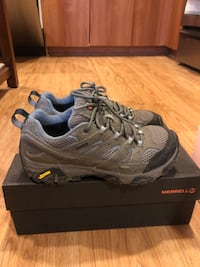 Like new! Merrell Women's Moab 2 Waterproof hiking boots with box