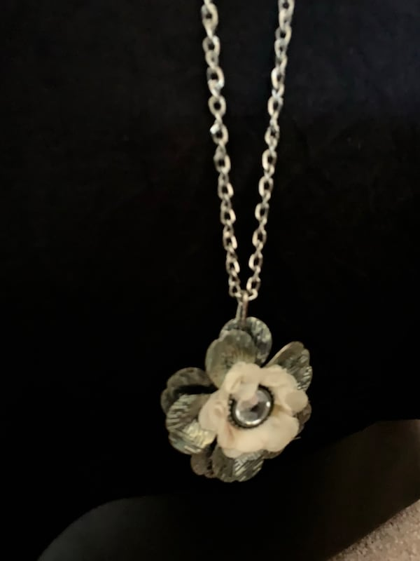 Flower Necklace ceecf845-0349-4d29-9d99-54ef760c9739