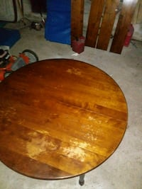 Nice wooden dinner table with 4 oak leafs