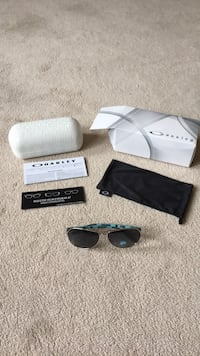 BNIB ladies Oakley Feedback sunglasses