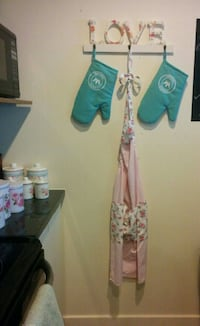 """Love"" sign + floral kitchen apron + 2 gloves + floral containers Montreal, H2Z"