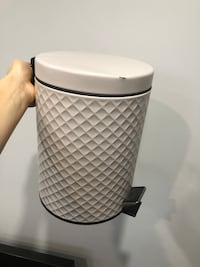 Small bathroom garbage can. Grey-pink.