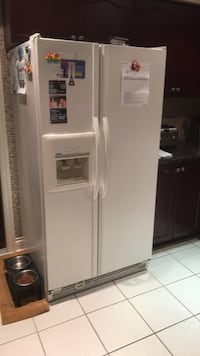 White side-by-side refrigerator with dispenser Vaughan, L6A 2M5