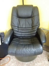 Real leather rich man's lounge chair and matching foot rest Frostproof, 33843