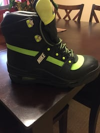 Unpaired black and green nike duck boot Knightdale, 27545