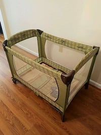 baby's brown and white bassinet Bel Air, 21015