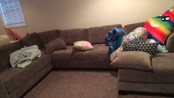 Couch ab82935d-3e5f-4947-afb0-8442a3c09979