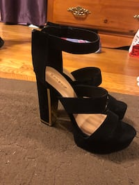 Black and gold heels size 8 1/2 Temple Hills, 20748
