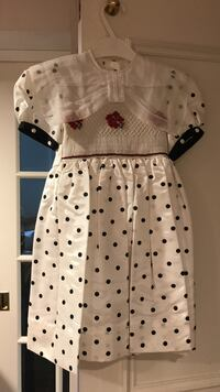 Hand smocked beautiful child's dress size 5. Never worn   Toronto, M6C 1R5