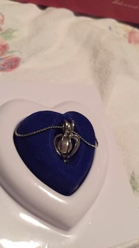 Love pearl necklace - never worn  null