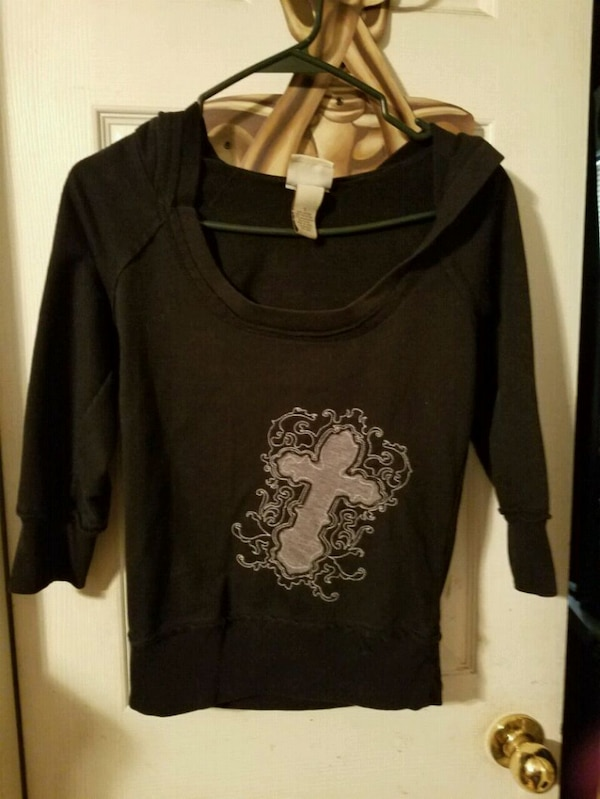 Black pullover hoodie with cross size small 1271aa5d-61c9-4c65-9473-c61df9d3febe