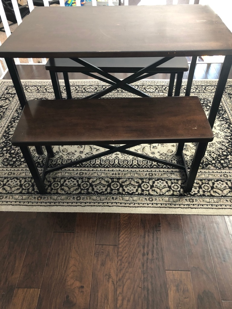 Photo Dining table and rug