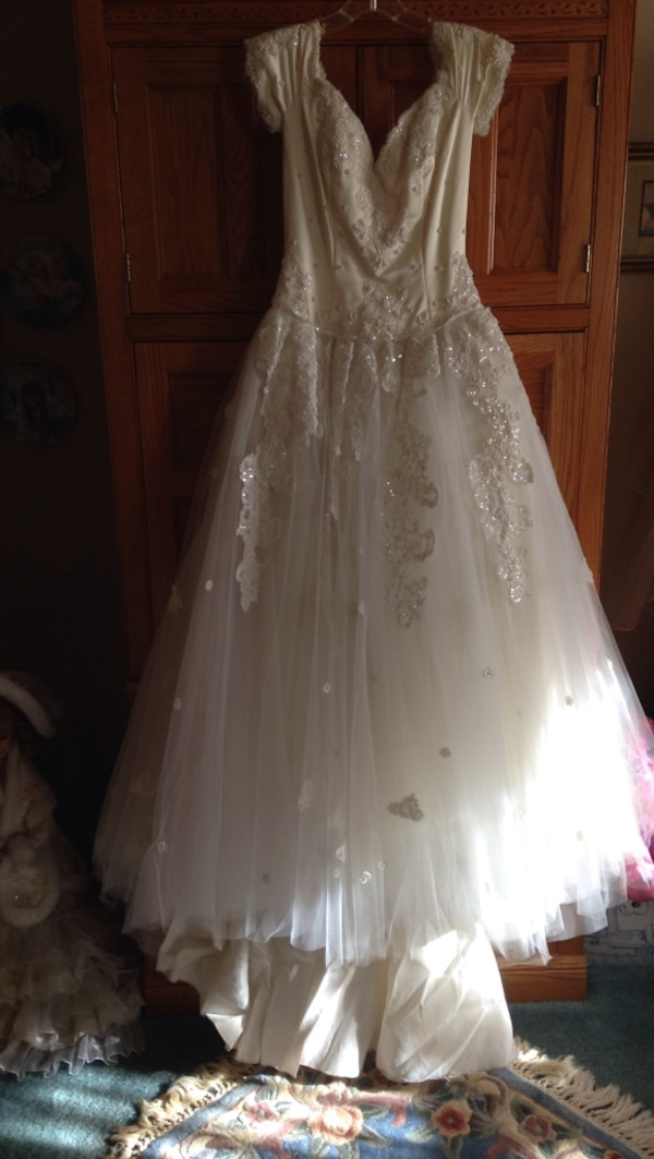 Used Women S White Floral Sleeveless Wedding Gown For Sale In King